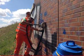 Graffiti entfernen bei der Autobahn