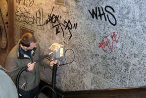 Graffiti entfernen auf Naturstein
