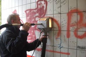 Graffiti entfernen auf Fliesen