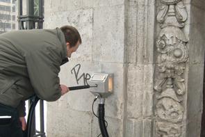 Graffiti entfernen bei der U-Bahn