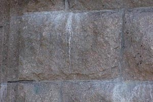 Salpeter auf Naturstein
