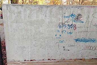 Betonmauer Graffitireinigung