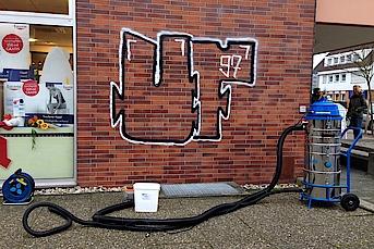 graffiti entfernen von klinker 2. Black Bedroom Furniture Sets. Home Design Ideas