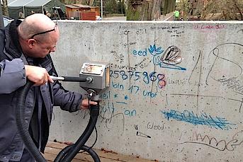 Betonmauer von Graffiti befreien